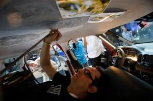 Nicola Verlato pinta el techo del Fiat 500L