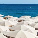 Viele Sonnenschirme am Strand