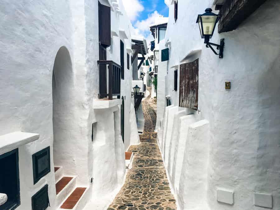 Calles estrechas de Binibeca Vell (Menorca)