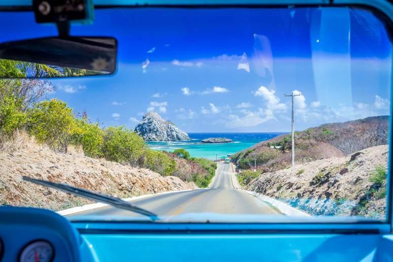 Foto desde interior de coche, carretera hacia la playa