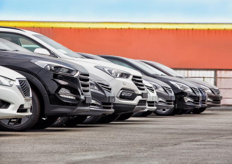 Flota de vehículos 7 plazas en parking