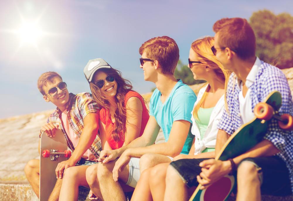 Grupo de amigos en la playa y coches de 7 plazas en Alicante