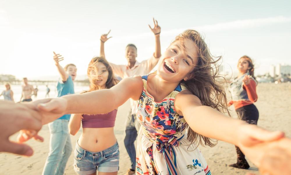 Foto de jovens festejando na praia
