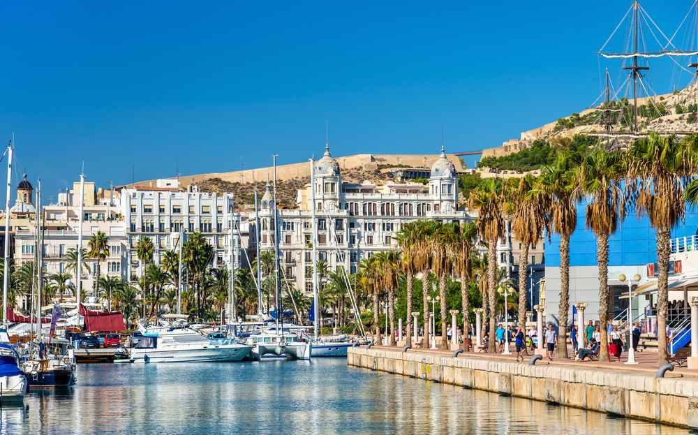 Paseo marítimo con palmeras en Alicante