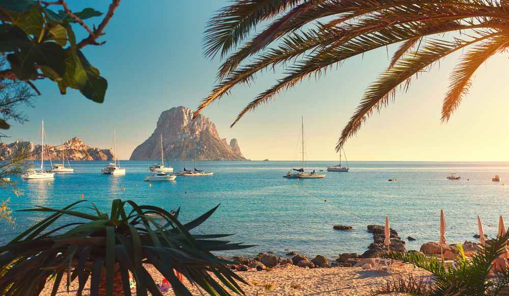 Paisaje cala de ibiza y coche de 9 plazas en Ibiza