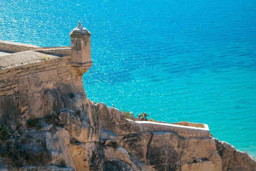 Foto des Turms des Schlosses von Santa Bárbara in Alicante