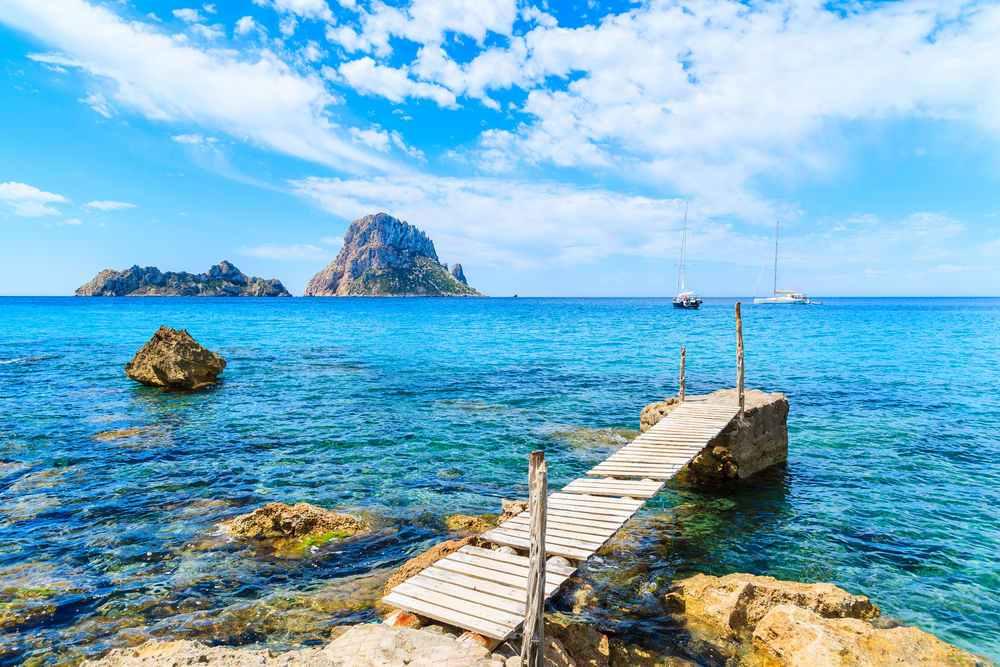 Paisaje agua mar en Ibiza y coche de alquiler