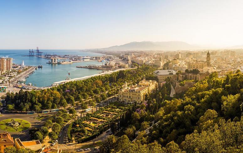 Vista aérea Málaga y coche de alquiler