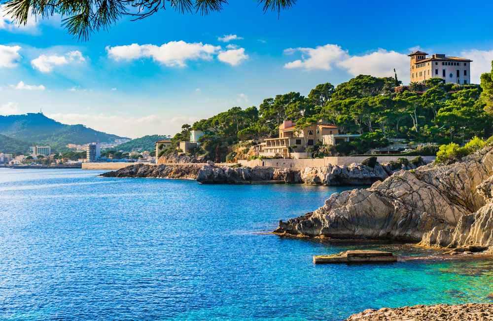 Foto costa de Mallorca y coche de alquiler
