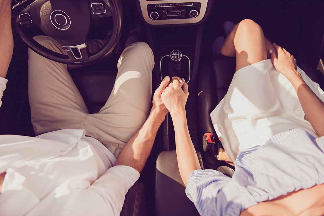 Foto parella interior de cotxe